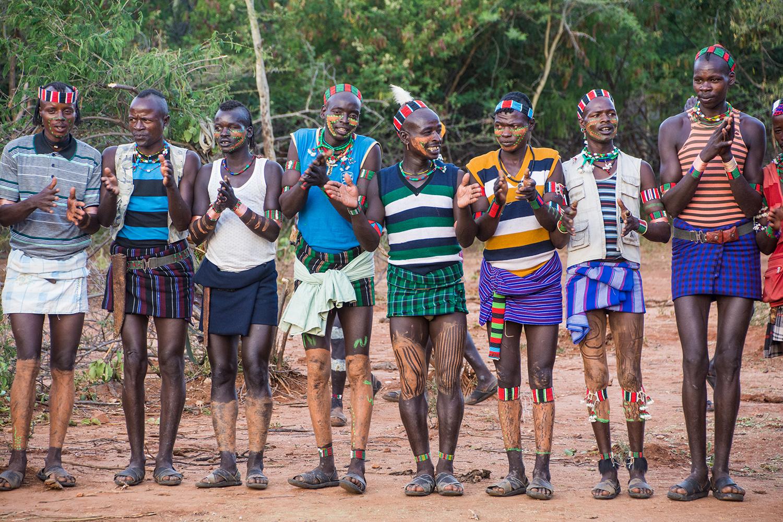 バンナ族の鞭打ちの儀式&牛飛びの儀式