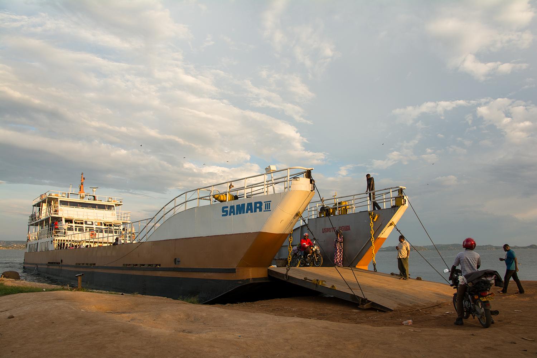 ビクトリア湖を渡る船
