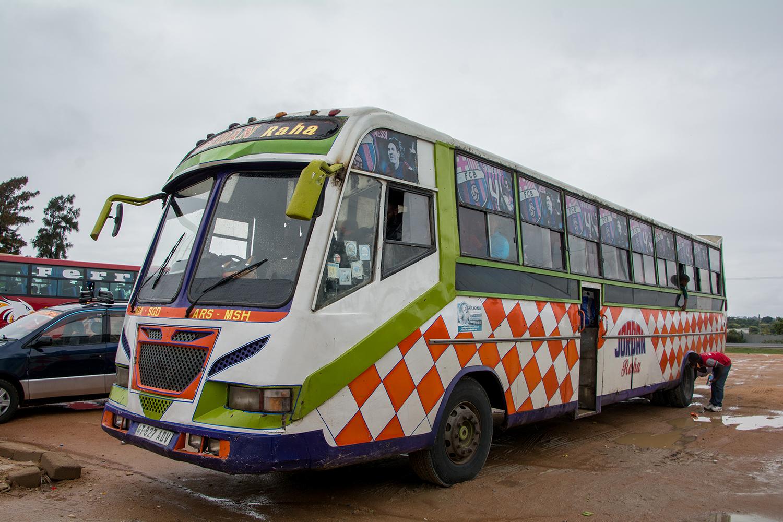 ムワンザからアルーシャ行きのバス